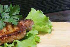 Bistecca di manzo sulle foglie della lattuga Fotografia Stock