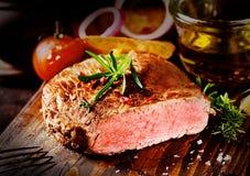 Bistecca di manzo tenera deliziosa su un tagliere Fotografia Stock Libera da Diritti