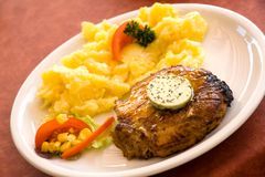Bistecca di porco, cuocere-con insalata delle patate Immagine Stock Libera da Diritti