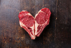 Bistecca di Ribeye della carne cruda di forma del cuore Fotografie Stock
