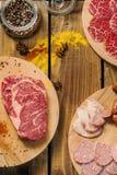 Bistecca di Ribeye e prodotti a base di carne assortiti Fotografie Stock