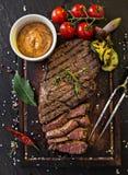 Bistecca di scamone deliziosa del manzo sulla tavola di legno Immagini Stock