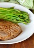 Bistecca di sgombro con asparago Immagine Stock