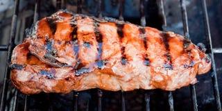 Bistecca di striscia sugosa di New York su una griglia immagini stock libere da diritti