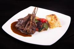 Bistecca di tagli dell'agnello con le verdure sauteed e la purè di patate Fotografia Stock
