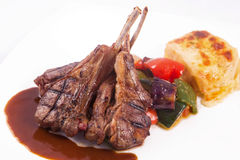 Bistecca di tagli dell'agnello con le verdure sauteed e la purè di patate Fotografie Stock Libere da Diritti
