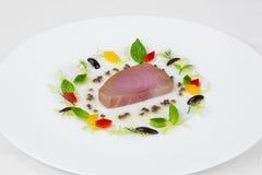 Bistecca di tonno succosa con i pezzi di pepe rosso e giallo fotografia stock