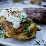 Bistecca e patata immagini stock