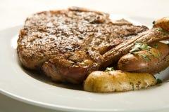 Bistecca e patate sugose Fotografie Stock
