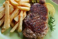 Bistecca e patatine fritte Immagini Stock
