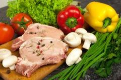 Bistecca e verdure grezze Fotografia Stock