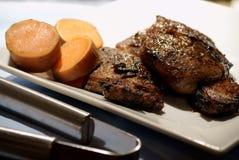 Bistecca ed ignami per il pranzo fotografia stock libera da diritti