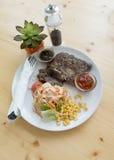 Bistecca ed insalata Fotografie Stock Libere da Diritti