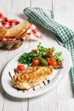 Bistecca ed insalata su un piatto fotografia stock