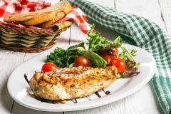 Bistecca ed insalata su un piatto immagine stock
