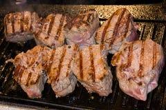 Bistecca fritta sulla griglia elettrica Fotografia Stock