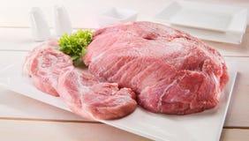 Bistecca grezza del mandrino con articoli per la tavola su una tabella Fotografia Stock