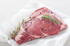 Bistecca grezza su Libro Bianco Immagini Stock