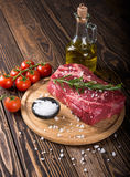 Bistecca marmorizzata cruda Ribeye della carne immagine stock libera da diritti