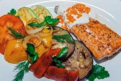 Bistecca nella lombata arrostita esperta con le spezie e le erbe fresche pomodoro fresco, patate al forno e peperoncini roventi fotografie stock libere da diritti