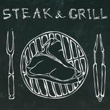 Bistecca nella lombata sulla griglia per il barbecue, le tenaglie e la forcella Bistecca e griglia dell'iscrizione Mano realistic Fotografia Stock Libera da Diritti