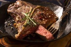 Bistecca nella lombata in una pentola Immagine Stock