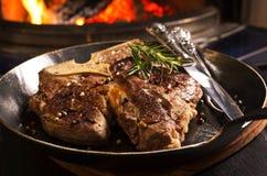 Bistecca nella lombata in una pentola Fotografia Stock