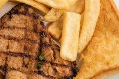 Bistecca, patate fritte e pane tostato piccanti del pollo per pranzo Immagine Stock Libera da Diritti
