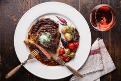 Bistecca Ribeye con le patate del burro e del bambino di erba Fotografia Stock