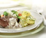 Bistecca servita con le patate ed il cavolfiore Fotografia Stock Libera da Diritti
