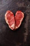 Bistecca Striploin della carne cruda di forma del cuore fotografia stock