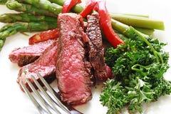 Bistecca in su affettata con asparago Fotografia Stock Libera da Diritti