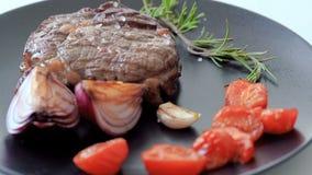Bistecca su un piatto stock footage
