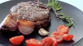 Bistecca su un piatto video d archivio