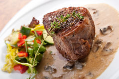 Bistecca succosa con insalata e salsa di funghi Fotografia Stock