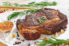 Bistecca succosa del manzo della carne calda del ribeye, primo piano Fotografia Stock