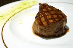 Bistecca succosa su un piatto Immagini Stock