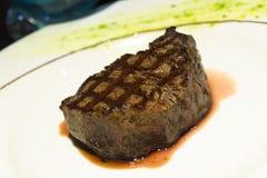 Bistecca succosa su un piatto Fotografie Stock Libere da Diritti