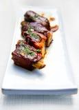 Bistecca sugosa del porco su una zolla Immagine Stock Libera da Diritti