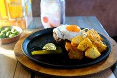 Bistecca, uovo fritto, pasto casuale Fotografia Stock Libera da Diritti