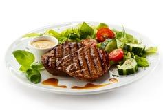 Bistecche arrostite e verdure Fotografie Stock Libere da Diritti