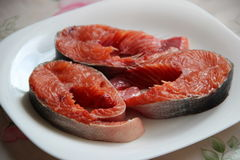 Bistecche del salmone fresco su un piatto bianco Immagini Stock Libere da Diritti