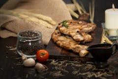 Bistecche deliziose del buttero o del manzo sulla tavola di legno Bistecca cotta del bbq immagine stock libera da diritti