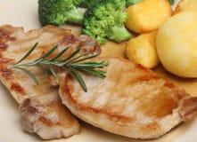 Bistecche della carne della lonza di maiale con le verdure fotografia stock libera da diritti