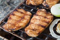 Bistecche della carne di maiale sulla griglia Immagine Stock