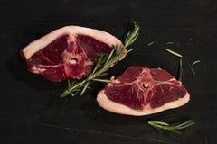 Bistecche della carne sul bordo di legno immagine stock libera da diritti