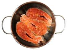 Bistecche di color salmone che sono marinate in vaso, isolato Immagini Stock Libere da Diritti