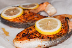 Bistecche di color salmone cotte Immagini Stock
