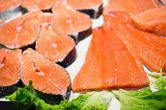 Bistecche di color salmone e raccordi crudi Fotografia Stock Libera da Diritti