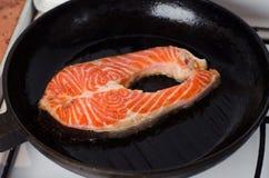 Bistecche di color salmone fresche che sono marinate in vaso Fotografia Stock